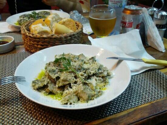 La Mamma Pastas and Salsas: Ravioli woth pesto sauce