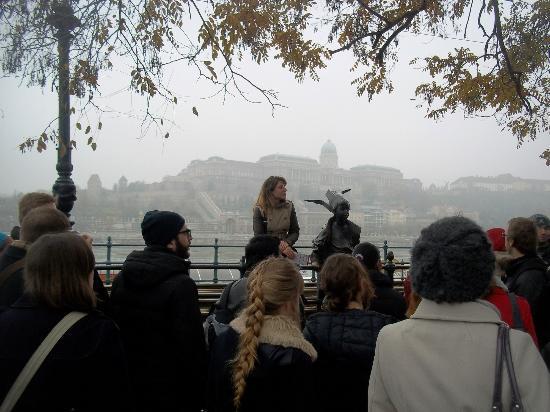 Бесплатные пешие туры по Будапешту: Tour guide explaining post-Communism art.