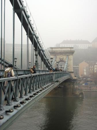 Free Budapest Walking Tours: Walking from Pest to Buda on the bridge