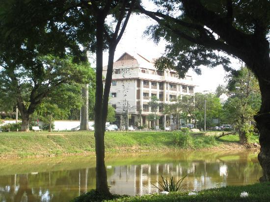 Angkor Sayana Hotel & Spa: Hotel pic taken from other side of Siem Reap River