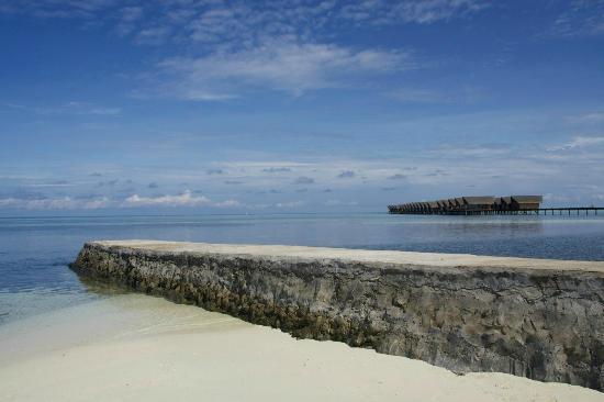 Adaaran Select Hudhuranfushi: Пляж с видом на виллы.