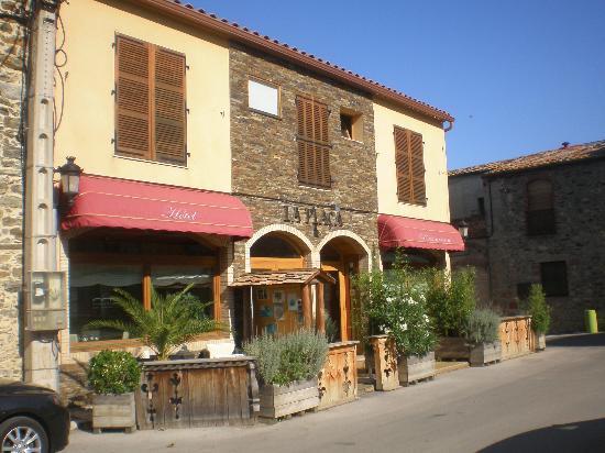 Hotel Restaurant La Placa: Front of hotel
