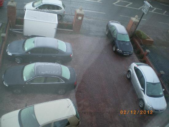 Maranatha House: le auto parcheggiate (al freddo) davanti l'hotel