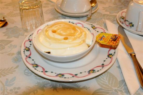 هوتل مالاسبينا: yogurt greco con cereali e miele (da cinque stelle)