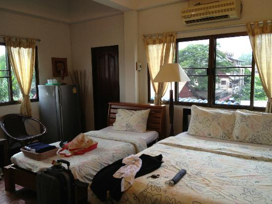 Bed and Terrace Guesthouse Chiang Mai: room good for three persons