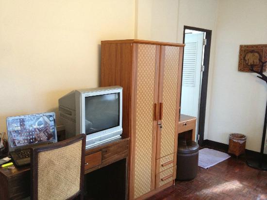 เบดแอนด์เทอร์เรซ เกสต์เฮาส์ เชียงใหม่: tv, wooden furnitures and in-room refrigerator (not in photo) provided