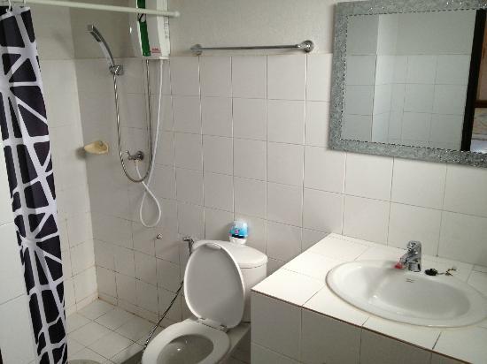 เบดแอนด์เทอร์เรซ เกสต์เฮาส์ เชียงใหม่: clean toilet and hot shower