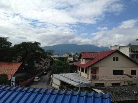 เบดแอนด์เทอร์เรซ เกสต์เฮาส์ เชียงใหม่: view of Doi Suthep from the balcony