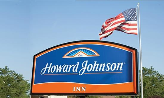 Howard Johnson Traverse City: Hotel & Grounds