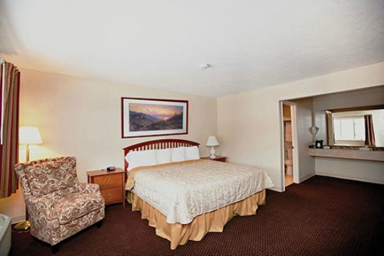 Howard Johnson Traverse City: King Bed Room