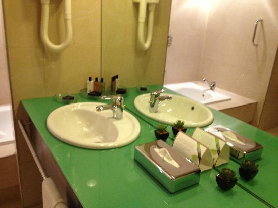 Dan Panorama Jerusalem: Bathroom of room