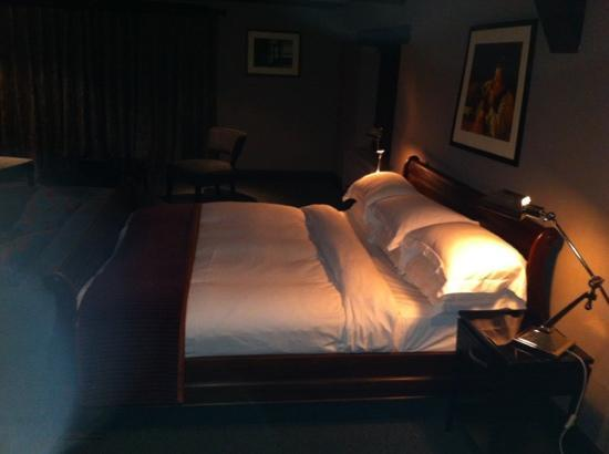 The Kings Arms: large sleigh type bed