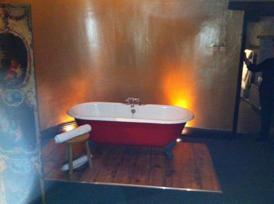 The Kings Arms: bath in bedroom