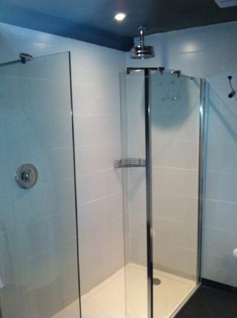 The Kings Arms: shower in bathroom with. underfloor heating