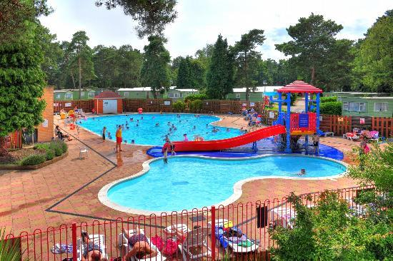 Holton Heath, UK: Outdoor Swimming Pool at Parkdean Sandford Holiday Park