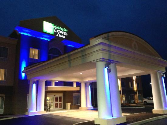 Holiday Inn Express Hotel & Suites Utica: Holiday Inn Express & Suites Utica at night