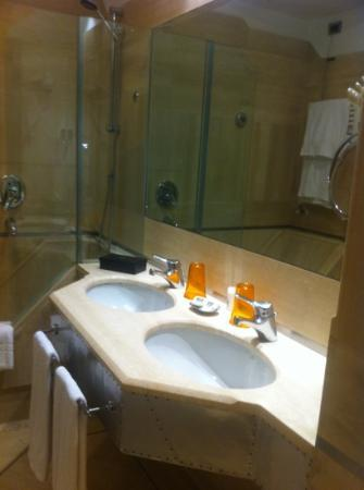 Isa Hotel: Bathroom
