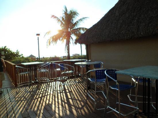 Courtyard Cadillac Miami Beach/Oceanfront: Barsinho proximo à Piscina