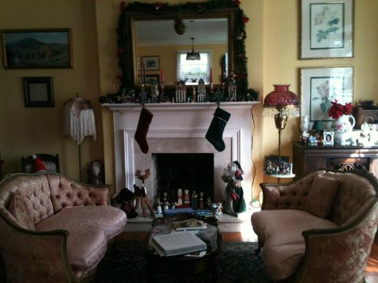 Sabal Palm House Bed and Breakfast Inn: Beautifully decorated living room for the Holidays