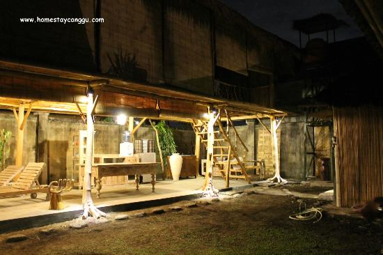 eHomestay Wood Hut Canggu : communal area Cable TV, DVDs, Books, Dining, Kitchen, Refrigerator
