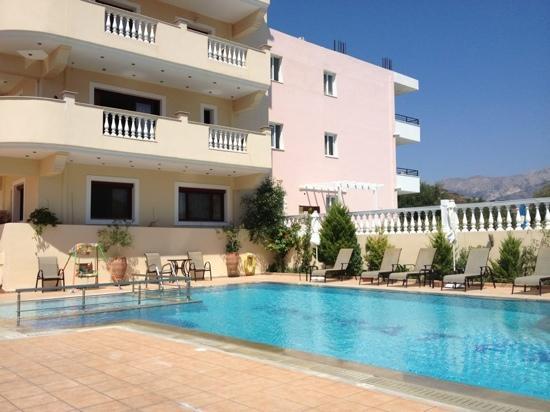 Socrates Luxurious Studios & Apartments : Bild från innegården och poolen
