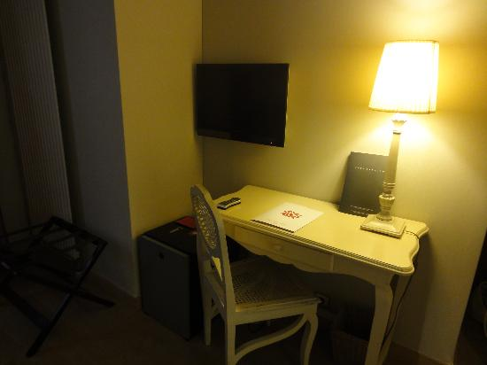 Hotel Tilsitt Etoile Paris : desk and TV