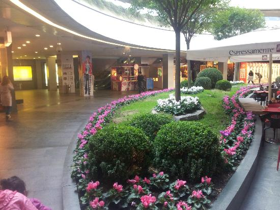 Kanyon Shopping Center: Kanyon flowers, ground floor.