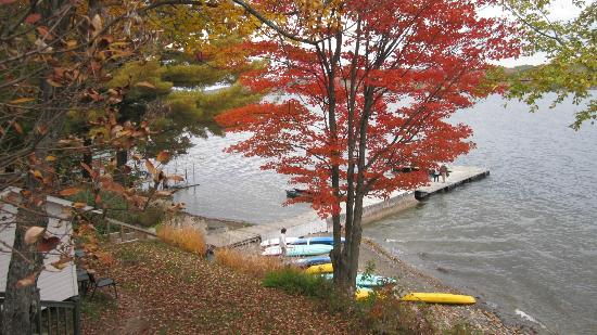 Manoir Hovey: Lake in the Fall