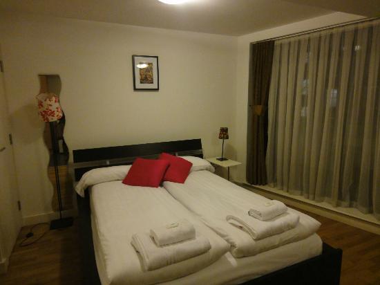 Regents Park Residence: bed