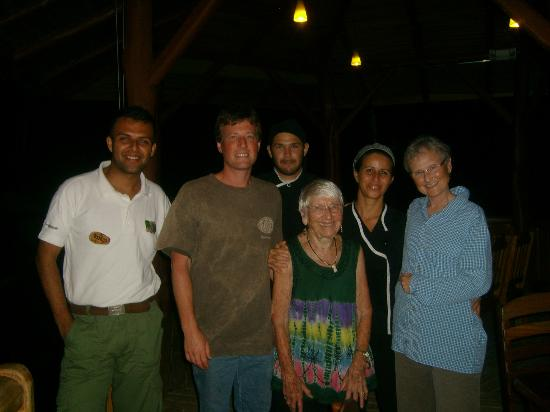 La Cusinga Eco Lodge: Guests and Crew after a great dinner