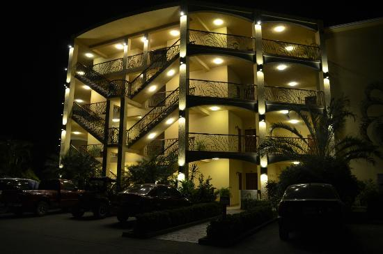 Clarion Suites Roatan at Pineapple Villas: Day or night, the property is a lovely site.