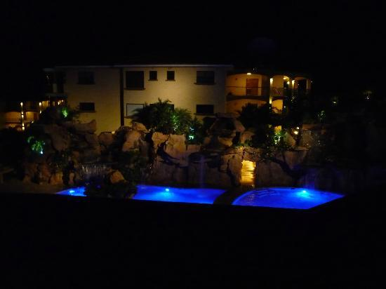 Clarion Suites Roatan at Pineapple Villas: Awesome nightime ambience