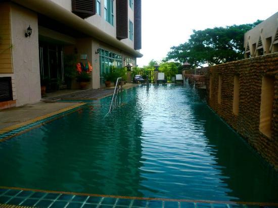 Maninarakorn Hotel: Pool area, quiet but no sun but still HOT!