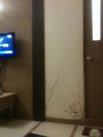 Hotel Unicontinental Mumbai: Cracked walls