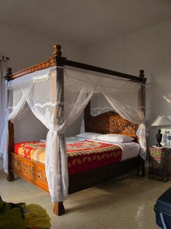 Karangsari Guest House: lit à baldaquin
