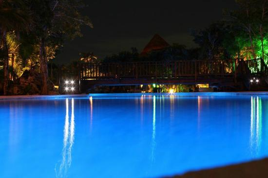 Grand Sirenis Mayan Beach Resort & Spa : the pool at night