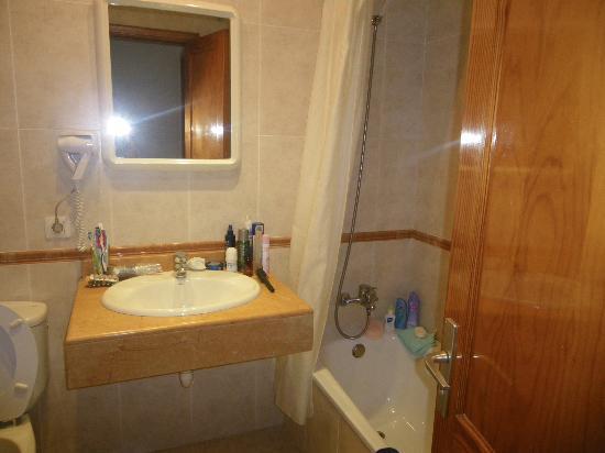 Flamingo Apartamentos : Bathroom 'Spotlessly clean'