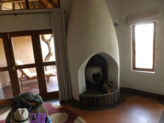 Madikwe Safari Lodge: Fireplace in room
