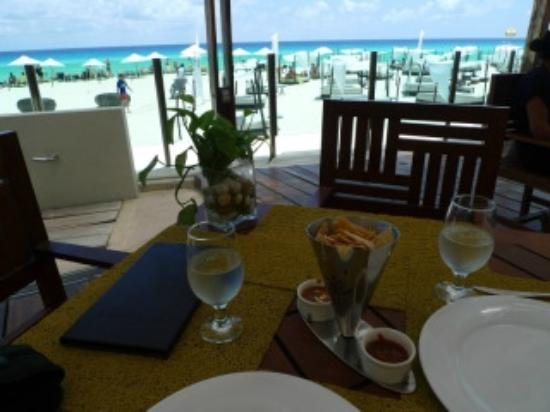 ME Cancun: pool/beach restaurant