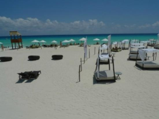 ME Cancun: beach area