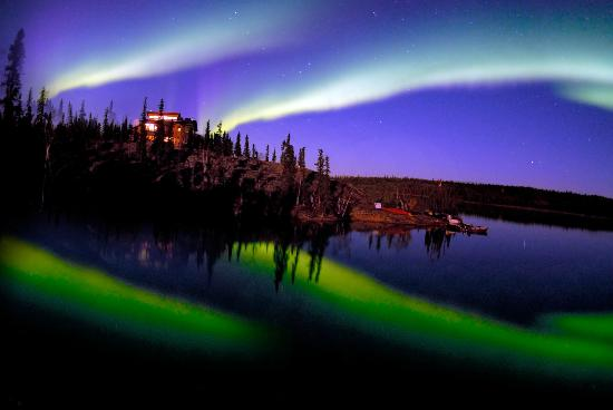 Blachford Lake Lodge: Aurora being reflected in the calm water of Blachford Lake