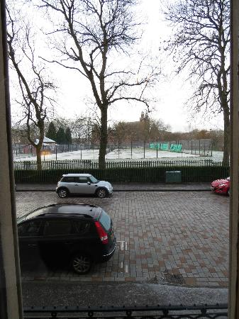 Alamo Guest House: Snowy view of tennis court from Room1