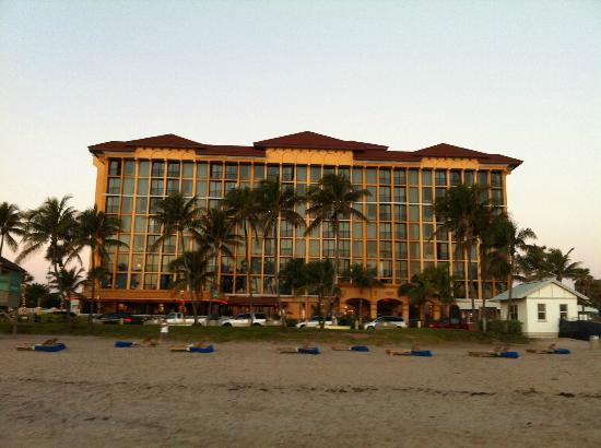 Wyndham Deerfield Beach Resort: Hotel front (from beach)