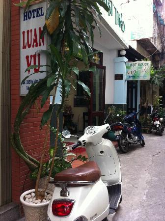 لوان فو هوتل: Luan Vu and Nhat Thao 