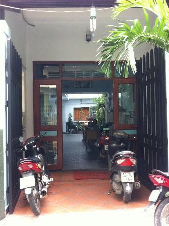 Luan Vu Hotel: Garden - Nhat Thao Guesthouse (right beside Luan Vu)