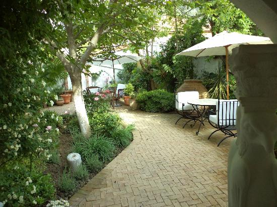 The Muses House Boutique Hotel: The cool and shady garden courtyard