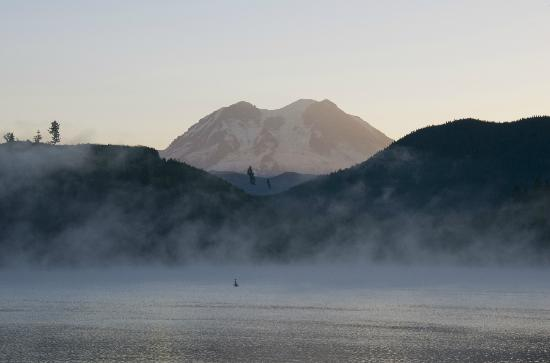 Mineral Lake Lodge: Morning mist rising over the lake.