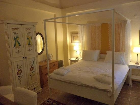 The Muses House Boutique Hotel: Thalia - A superior Room with 4 poster bed