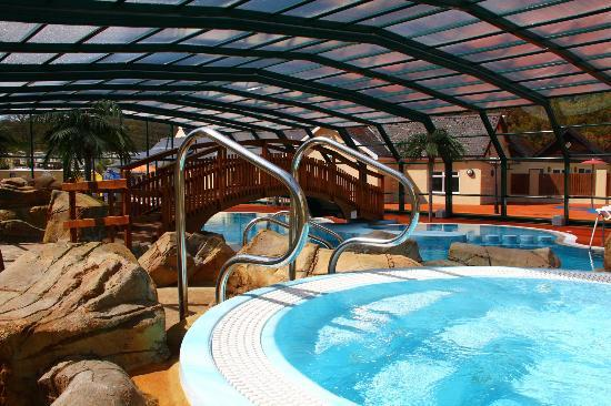 St. Dogmaels, UK: The Cove Hot Tubs with Roof Closed