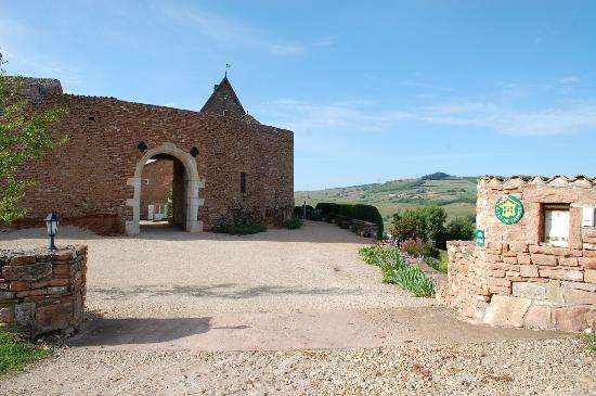 Chateau de Leynes : въезд в отель